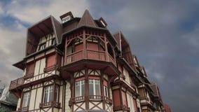 Gestileerd helft-betimmerd huis Etretat, Frankrijk stock videobeelden