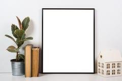 Gestileerd tafelblad, leeg kader, het schilderen de binnenlandse spot van de kunstaffiche Stock Afbeeldingen