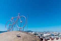 Gestileerde fiets met boten op de achtergrond Stock Foto