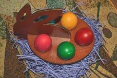Gestileerde gekleurde eieren de Paashaas voor Pasen Stock Afbeeldingen