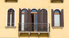 Gestileerde vensters in Venetië Stock Fotografie