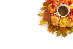 Gestileerde voorraadfoto met kop van koffie en bloemendiesamenstelling van kleurrijke de herfstbladeren wordt gemaakt, oranje pom Royalty-vrije Stock Afbeeldingen