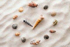 Gestileerde wijzerplaatklok voor shells op het zand voor concentratie en ontspanning voor harmonie en saldo in zuivere eenvoud stock foto