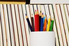 Gestion, crayons et livres de bibliothèque images stock