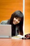 Gestion de réseau de femme de carrière dans le bureau Photos libres de droits