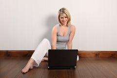 Gestion de réseau sociale de femme avec des amis à l'aide de l'ordinateur portatif Images libres de droits