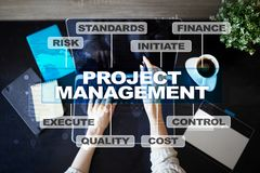 Gestion des projets sur l'écran virtuel Concept d'affaires images stock