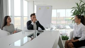 Gestion du personnel, patron avec le secrétaire tenant l'entrevue d'emploi dans la salle de réunion, réunion d'affaires des homme banque de vidéos