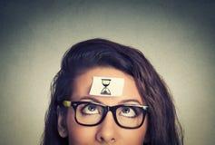 Gestion du temps jeune femme avec le signe d'horloge de sable Images libres de droits
