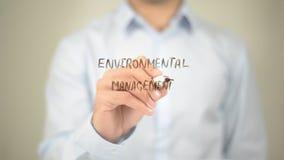 Gestione ambientale, scrittura dell'uomo sullo schermo trasparente Fotografia Stock Libera da Diritti