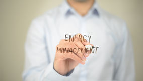 Gestione dell'energia, scrittura dell'uomo sullo schermo trasparente Immagine Stock