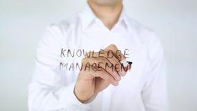 Gestione della conoscenza, scrittura dell'uomo sul vetro Immagini Stock