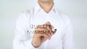 Gestione della qualità, scrittura dell'uomo sul vetro Immagine Stock