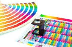 Gestione di colore nel processo di stampa con la guida della pittura e della lente d'ingrandimento fotografia stock libera da diritti