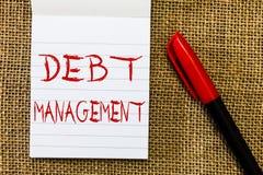 Gestione di debito del testo della scrittura Concetto che significa l'accordo ufficiale fra un debitore e un creditore fotografia stock