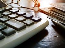 Gestione di ricchezza e finanze personali Calcolatore, pila di soldi fotografia stock