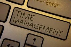 Gestione di tempo del testo di scrittura di parola Il concetto di affari per programma ha progettato per la chiave b di marrone d fotografia stock