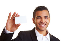 Gestionnaire affichant sa carte de visite professionnelle de visite photo stock