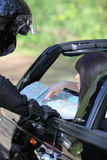 Gestionnaire affichant une carte de route Photographie stock