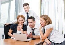 Gestionnaire avec des employés de bureau sur le contact photos libres de droits