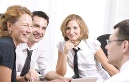 Gestionnaire avec des employés de bureau sur le contact photographie stock libre de droits
