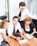 Gestionnaire avec des employés de bureau sur le contact photo libre de droits