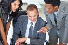 Gestionnaire avec des employés travaillant dans le bureau image libre de droits