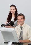 Gestionnaire avec du charme contrôlant le travail des ses employés images stock