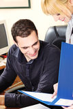 Gestionnaire avec son employeur dans le bureau photos libres de droits