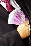 Gestionnaire avec un bon nombre de 500 euro billets de banque Photographie stock