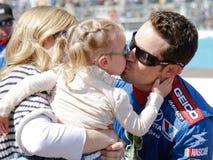 Gestionnaire Casey Mears de NASCAR et famille Photographie stock libre de droits
