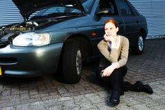 Gestionnaire cassé de véhicule et de femme photographie stock