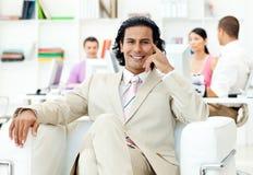 Gestionnaire charismatique s'asseyant devant son équipe images stock