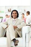 Gestionnaire confiant s'asseyant dans un fauteuil photographie stock libre de droits