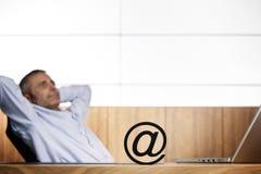 Gestionnaire d'Ofifce contemplant au sujet du commerce électronique. Photo libre de droits
