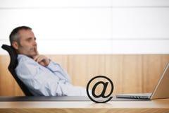 Gestionnaire d'Ofifce contemplant au sujet du commerce électronique. Photo stock