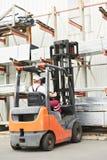 Gestionnaire d'ouvrier au chariot élévateur d'entrepôt photos stock