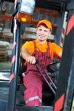 Gestionnaire d'ouvrier d'entrepôt dans le chariot élévateur image stock