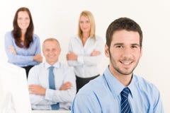 Gestionnaire d'équipe d'affaires jeune avec les collègues heureux Images stock
