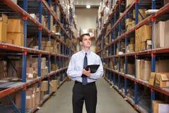Gestionnaire dans l'entrepôt avec le presse-papiers Photos libres de droits