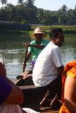 Gestionnaire de bateau de pays transportant des gens au-dessus de fleuve Photographie stock libre de droits