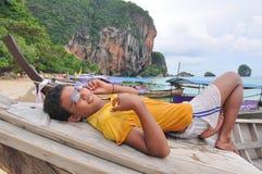 Gestionnaire de bateau sur le thebeach, Thaïlande Photo stock