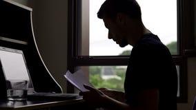 Gestionnaire de comptes occupé travaillant toute la journée à l'ordinateur portable, indépendant travaillant avec des papiers photographie stock libre de droits