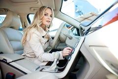 Gestionnaire de femme dans le véhicule photographie stock
