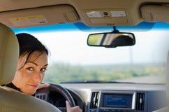 Gestionnaire de femme examinant le siège arrière photographie stock libre de droits