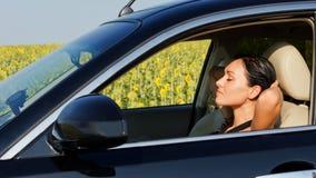Gestionnaire de femme se reposant derrière le volant photo libre de droits