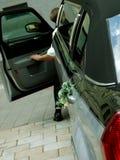 Gestionnaire de limousine de luxe de mariage avec le bouquet Images stock