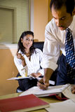 Gestionnaire de observation féminin d'employé de bureau travailler image stock