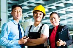 Gestionnaire de travailleur, de production et propriétaire dans l'usine photo libre de droits