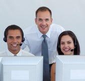 Gestionnaire et équipe d'affaires à un centre d'attention téléphonique photos stock